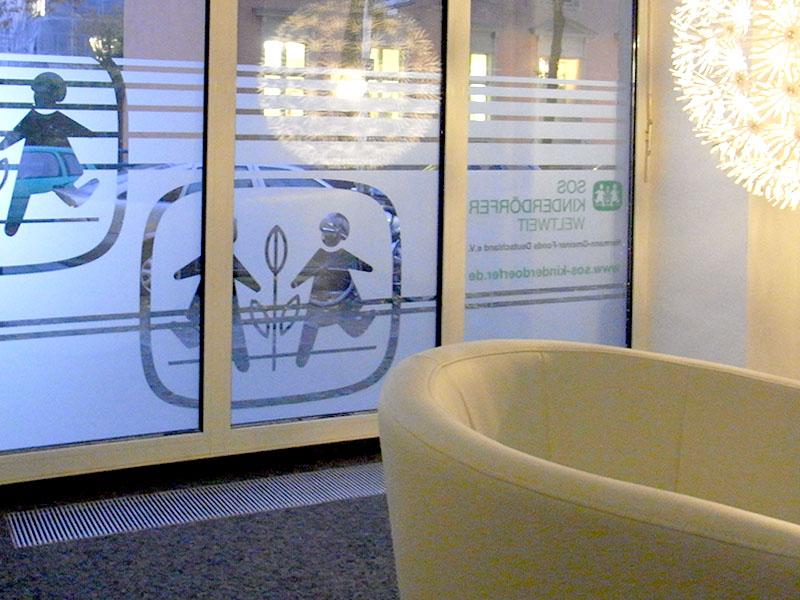 Schaufenstergestaltung in Kombination mit Sichtschutz
